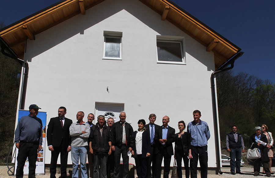 RHP BiH stakeholders and Donors with the Gendzic family in front of their new house